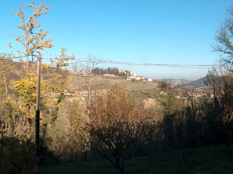 Casa arroccata sulla collina a Odalengo Grande