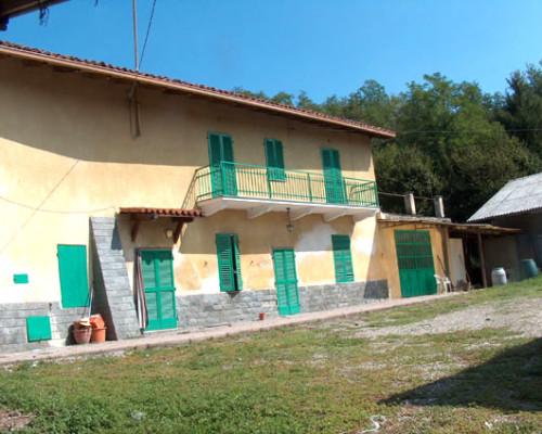 Mombello Monferrato cascina in tufo e mattoni